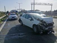 TEM'deki Kazada Otomobil Hurdaya Döndü Açıklaması 1'İ Ağır 3 Yaralı