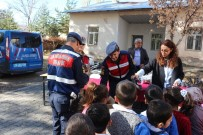Jandarmadan Öğrencilere Ayakkabı Ve Kıyafet Yardımı