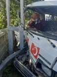 Minibüs Elektrik Direğine Çarptı Açıklaması 2 Yaralı