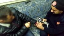 Sivas'ta Şaka Amaçlı Takılan Kelepçeyi İtfaiye Çıkardı