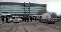 MİNİBÜS ŞOFÖRÜ - Elazığ'da Mini Terminalde Bıçakla Kavga Açıklaması 2 Yaralı