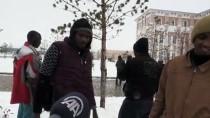 KAR TOPU - Karla İlk Kez Ağrı'da Tanışan Yabancı Uyruklu Öğrencilerin Sevinci Gülümsetti