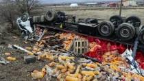 FETHİ SEKİN - Elazığ'da Şarampole Devrilen Meşrubat Yüklü Tırın Sürücüsü Yaralandı
