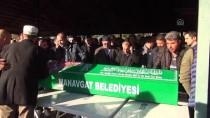 Antalya'da Trafik Kazasında Ölen Aynı Aileden 3 Kişinin Cenazeleri Toprağa Verildi