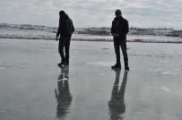 (Özel) Gençlerin Çıldır Gölü'nde Buzla Sınavı