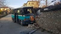 YOLCU MİNİBÜSÜ - Yolcu Minibüsü Duvara Çarptı Açıklaması 2 Yaralı