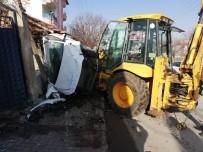 Freni Boşalan Kepçe Park Halindeki Otomobillere Çarptı Açıklaması 2 Yaralı