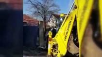Freni Patlayan Kepçe Park Halindeki 3 Otomobile Çarptı Açıklaması 2 Yaralı