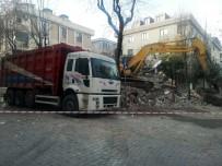 (Özel) Depremde Hasar Gören Binayı Yıkan Kepçe, Sağlam Binaya Da Zarar Verdi