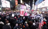 NEW YORK - ABD'liler Trump'ın Azli İçin Times Meydanı'nda Toplandı