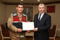 Yangına Uykuda Yakalanan Aileyi Uyandıran Jandarma Personelleri Ödüllendirildi