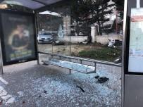 Direksiyon Hakimiyetini Kaybeden Üniversite Öğrencisi Otobüs Durağına Daldı
