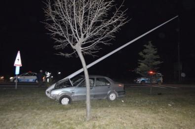 Otomobili İle Direğe Çarpan Sürücü Yaralandı