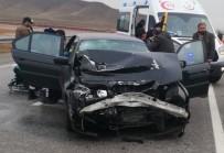 Otomobil TIR'a Arkadan Çarptı Açıklaması 2 Yaralı