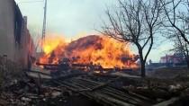 AHŞAP EV - Tosya'da Çıkan Yangında Ev Samanlık Ve Ambar Yandı