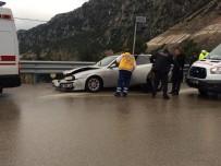 Kayganlaşan Zeminde Kontrolden Çıkan Otomobil Bariyerlere Çarptı Açıklaması 3 Yaralı