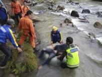 KURTARMA EKİBİ - Otobüs Nehre Uçtu Açıklaması 25 Ölü