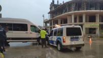 YOLCU MİNİBÜSÜ - Polis Aracı İle Yolcu Minibüsü Çarpıştı