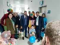 Burhaniye'de Üniversiteli Gençler Hastanede Yatan Çocuklarla Buluştu