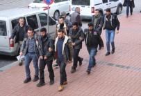 SINIR KAPISI - Çatışma Bölgesine Gitmeye Çalışan DEAŞ Şüphelileri Sınırı Geçmeye Çalışırken Yakalandı