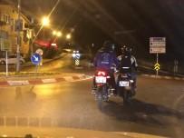 (Özel) Motosiklet Sürücüsünün Arıza Yapan Motosikleti Ayağıyla İttirdiği Anlar Kamerada