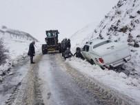 Bingöl'de Kar Yağışı Etkili Oldu, Kara Saplanan Araç Kurtarıldı