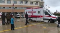 MEDİKAL KURTARMA - Bursa'da Ağır Kokudan Etkilenen Öğrenciler Hastaneye Kaldırıldı
