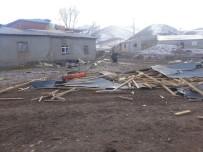 ELEKTRİK DİREĞİ - Erzincan'da Kuvvetli Rüzgar Çok Sayıda Çatı Uçmasına Neden Oldu