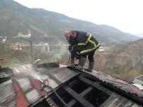 Köyde Korkutan Yangın Açıklaması Bir Ev Kullanılamaz Hale Geldi
