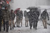 GRİP SALGINI - Yüksekova'da Lapa Lapa Kar Yağışı