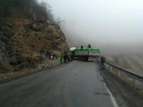 Kömür Yüklü Tır Kontrolden Çıktı Açıklaması Araklı-Bayburt Karayolu Trafiğe Kapandı