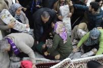 EZİLME TEHLİKESİ - Antalya'da Bedava Halı Ve Paspas İçin Birbirlerini Ezdiler