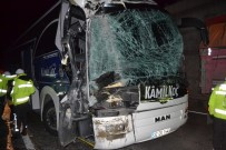 ŞELALE - Yolcu Otobüsü Kamyona Arkadan Çarptı; 2'Si Ağır 6 Yaralı