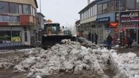 Karlıova'da Kar Kamyonlarla İlçe Dışına Taşındı