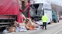 TEKSTİL MALZEMESİ - Çankırı'da yolcu otobüsü ile tır çarpıştı: 22 yaralı