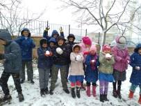 SONBAHAR - Kar Yağışına En Çok Çocuklar Sevindi