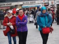 Taksim'deki Şiddetli Rüzgar Vatandaşlara Zor Anlar Yaşattı