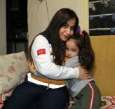 ADANA VALİSİ - Yürekleri Isıtan Sağlıkçı Kendi Çoraplarını Giydirdiği Kızla Buluştu