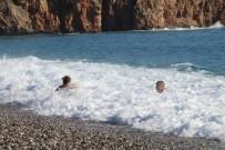 Antalya'da Yılın Son Gününde Karlı Dağların Eteğinde Deniz Keyfi