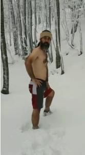 Yeni Yıla Kar Banyosu Yaparak Girdi