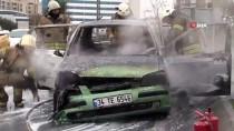 Zeytinburnu'nda Seyir Halindeki Otomobil Yandı