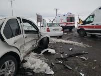 MUHAMMED YUNUS - Aksaray'da İki Otomobil Çarpıştı Açıklaması 6 Yaralı