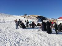 KAR TOPU - Erciyes'te ziyaretçi yoğunluğu