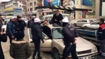 YAŞLI ADAM - Polisin Aracını Çekmesini İstemeyen Yaşlı Odam, Otomobilin Üzerine Çıktı