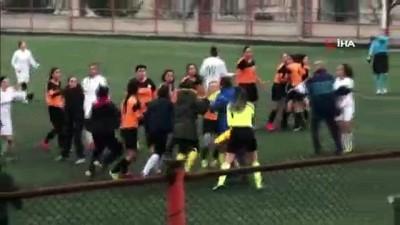 Kadın futbolcu hakeme saldırdı