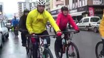 YAĞMURLU - Yağmurda Bisiklet Sürüp Denize Girdiler