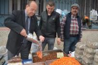 KURUYEMİŞ - Başkan Özakcan Pazar Tezgahının Başına Geçti
