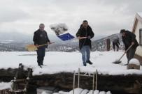 YAĞAN - Beyşehir'de Düz Damlı Evlerde Kar Temizliği