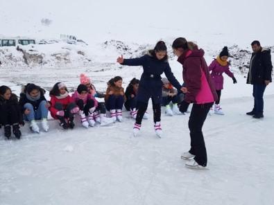 Çaldıranlı Çocuklar Buz Pateni Öğreniyor