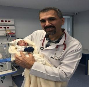 Parmak bebek 66 gün sonra hayata tutundu